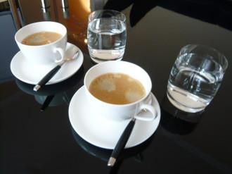 Kaffeetassen und Wassergläser