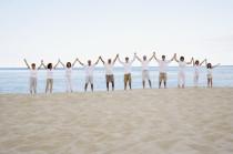 Menschenreihe am Strand