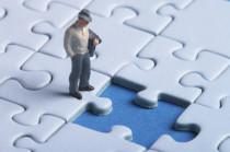 Mann steht vor fehlendem Puzzleteil